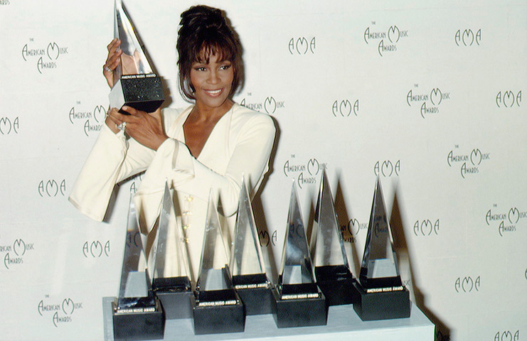 1994-Whitney-Houston-hold-american-musi5